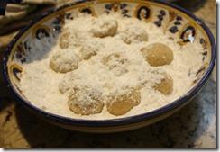 mex_wedding_cookies_in_sugar